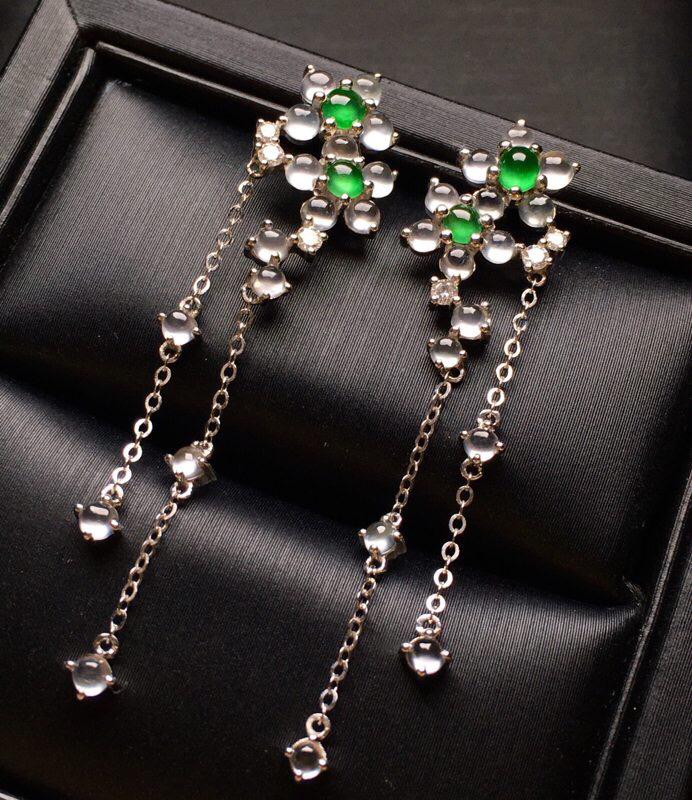 18K金钻镶嵌冰种蛋面耳坠 冰透起光 质地细腻 款式新颖时尚唯美 整体尺寸44.8*10.1*2.8