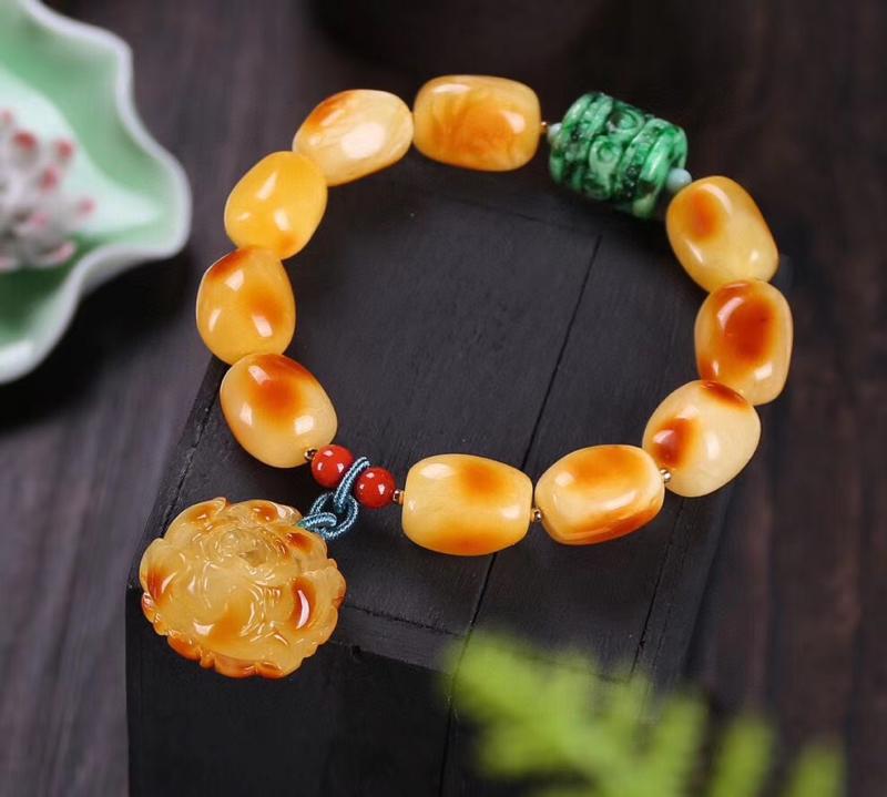 天然无优化蜜蜡俏色随形手链,尺寸约13*16mm,颗颗圆润饱满,色泽细腻油润,搭配天然蜜蜡雕刻牡丹花