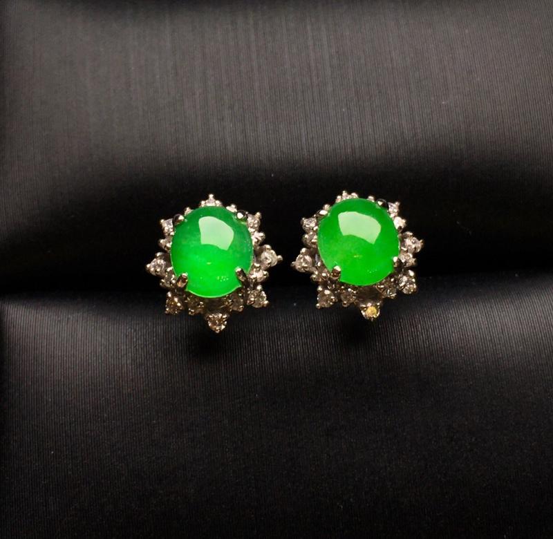 18K金钻镶嵌满绿蛋面耳钉 色泽均匀艳丽饱满 质地细腻 水润饱满 款式新颖时尚唯美 整体尺寸9.2*
