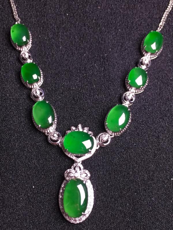 满绿蛋面晚装项链,18k金钻石镶嵌,种水超好,玉质细腻。