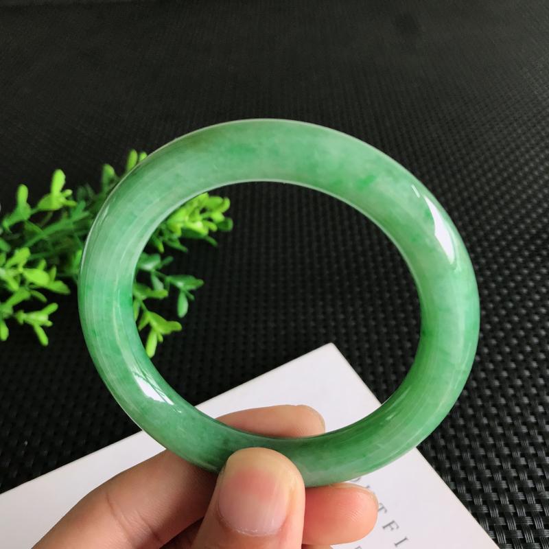 圈口: 56.7mm天然翡翠A货糯种满绿圆条手镯,尺寸56.7*10mm 玉质细腻,种水好,底色好,