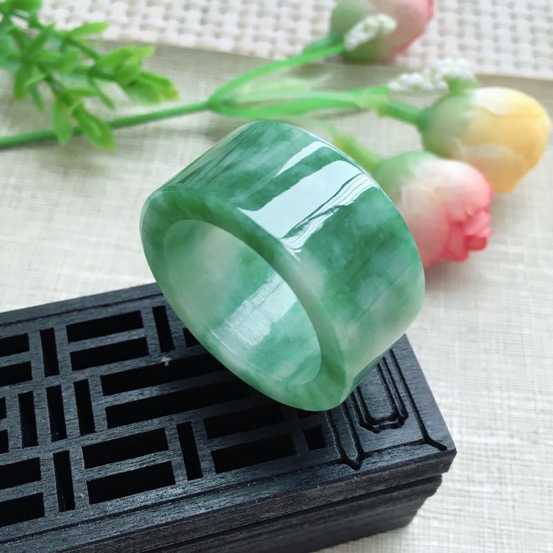 天然A货翡翠【自然光拍摄】莹润素面飘绿板指,圈口23mm,版型大方,质地细腻,佩戴效果简洁大方,尺寸