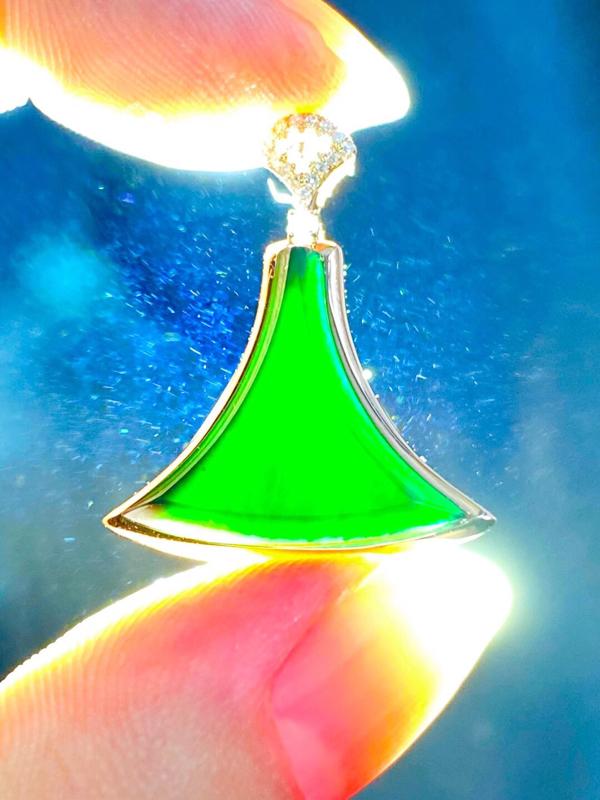 墨翠:【时尚吊坠】18K金镶嵌+南非钻镶嵌,细腻干净,黑度极黑,性价比高,做工精致,打灯透绿 整体尺