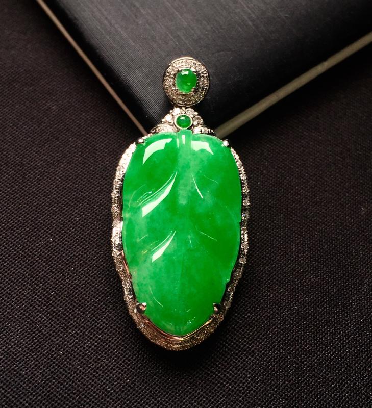 18K金钻镶嵌满绿树叶吊坠 色泽均匀艳丽 搭配满绿小蛋面 时尚精美 亮眼 整体尺寸32.2*15*6