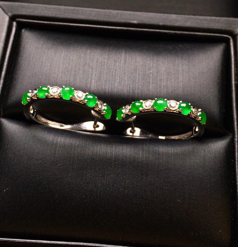 18K金钻镶嵌满绿蛋面耳钉 质地细腻 款式新颖时尚 精美 色泽均匀艳丽饱满 亮眼 整体尺寸17.5*