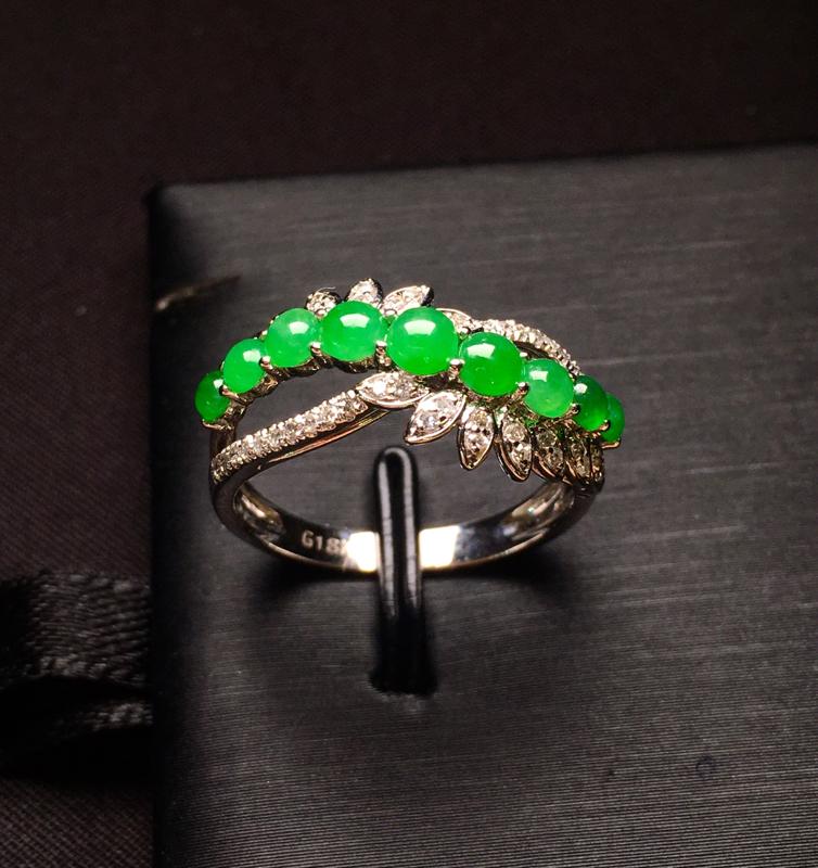 18K金钻镶嵌满绿蛋面戒指 质地细腻 色泽均匀艳丽饱满 款式新颖时尚 上手唯美 亮眼 圈口14整体尺