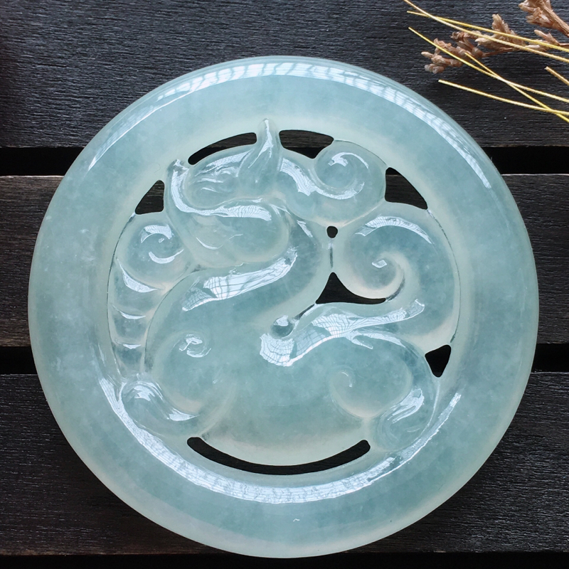 麒麟挂件,自然光实拍,缅甸a货翡翠,种好水润玉质细腻,雕刻精细,饱满品相佳,可直接佩戴。