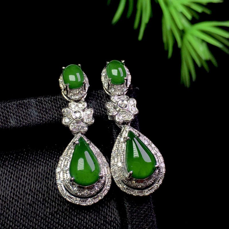 冰满绿水滴耳坠,色艳清爽,精致时尚,裸石:8*5*2 整体:23.3*8.5*6.7