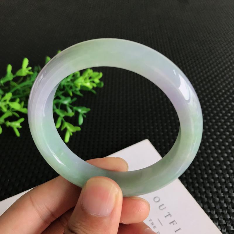 圈口: 55.6mm天然翡翠A货糯种飘紫正装手镯,尺寸55.6*11.9*8.1mm 玉质细腻,种水