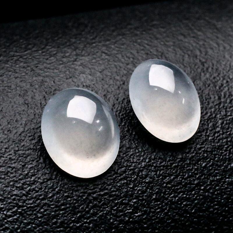 真心推荐戒面裸石一对,凝透如冰,晶莹剔透,水头足,饱满起光,镶嵌后高端大气,取其中一裸石尺寸12.9*11*6.9mm。