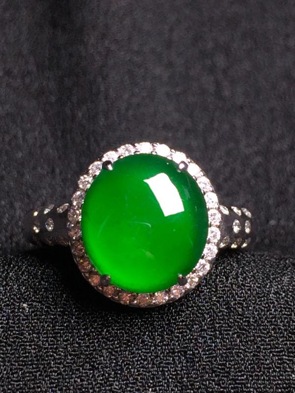 满绿蛋面戒指,18k金钻石镶嵌,种水超好,玉质细腻。
