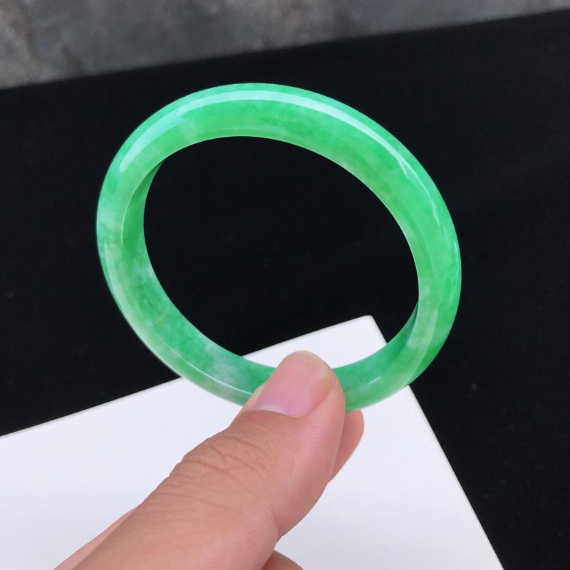 圈口:53.3mm天然翡翠A货糯化种水润飘绿正圈手镯,有细纹,尺寸53.3-10.3-6.5mm,底