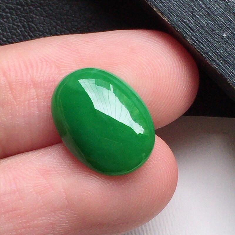缅甸翡翠满绿蛋面镶嵌件,自然光实拍,玉质莹润,佩戴佳品,尺寸:13.7*10.0*4.1 mm,重1