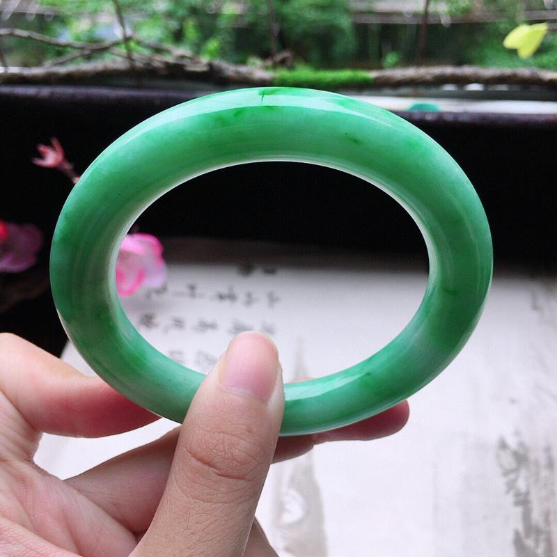 翡翠56圈口带绿圆条手镯,尺寸:56.0*10.7*10.5 mm,重64.79克,料细底好,条形好