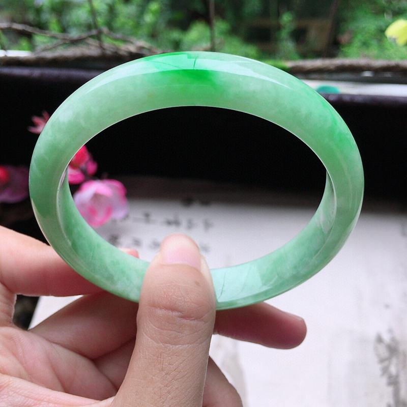 翡翠58圈口带绿正圈手镯,尺寸:58.1*11.9*6.8 mm,重44.97克,料细底好,条形好看