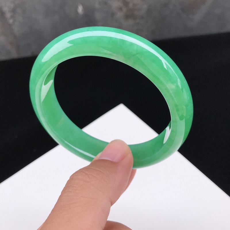 圈口:57.7mm天然翡翠A货糯化种水润满绿种水正圈手镯,尺寸57.7-14-8mm,底子细腻,种水