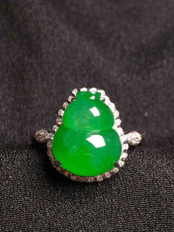 满绿葫芦戒指,18k金钻石镶嵌,种水超好,玉质细腻。**