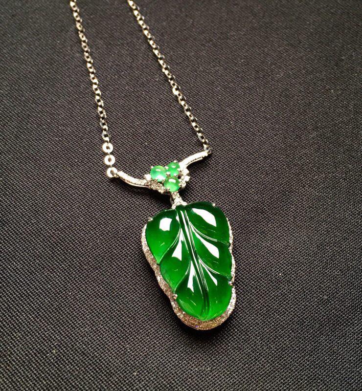 18K金钻镶嵌满绿树叶锁骨项链 质地细腻 款式新颖时尚精美 色泽均匀艳丽整体尺寸25.8*15.7*
