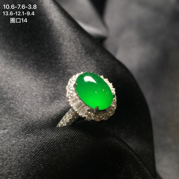 豪华18k金钻石镶嵌满色翡翠蛋面戒指,老坑颜色均匀阳绿,冰透水润,圆润饱满,整体尺寸13.6-12.