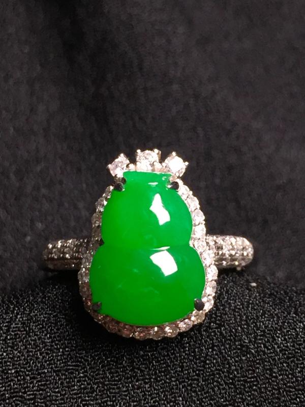 阳绿葫芦戒指,18k金钻石镶嵌,种水超好,玉质细腻。