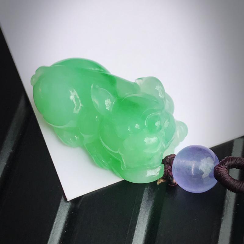 天然翡翠A货糯化种飘绿招财貔貅吊坠,(紫色珠子为装饰品)尺寸:23.2/12.9/10.4mm,玉质