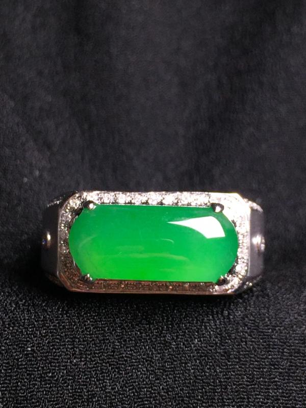 阳绿马鞍戒指,18k金钻石镶嵌,种水超好,玉质细腻。**