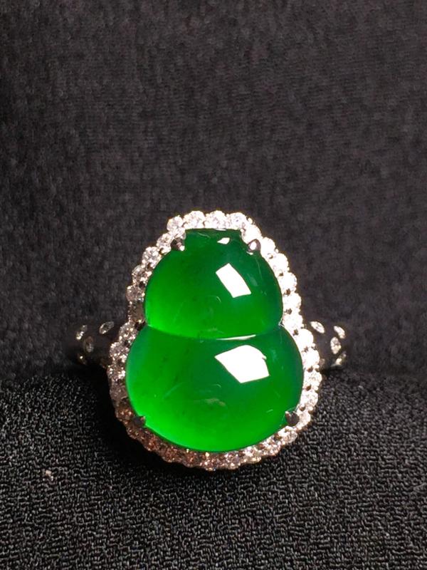 满绿葫芦戒指,18k金钻石镶嵌,种水超好,玉质细腻。