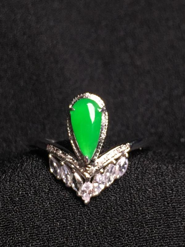 阳绿水滴戒指,18k金钻石镶嵌,种水超好,玉质细腻。**