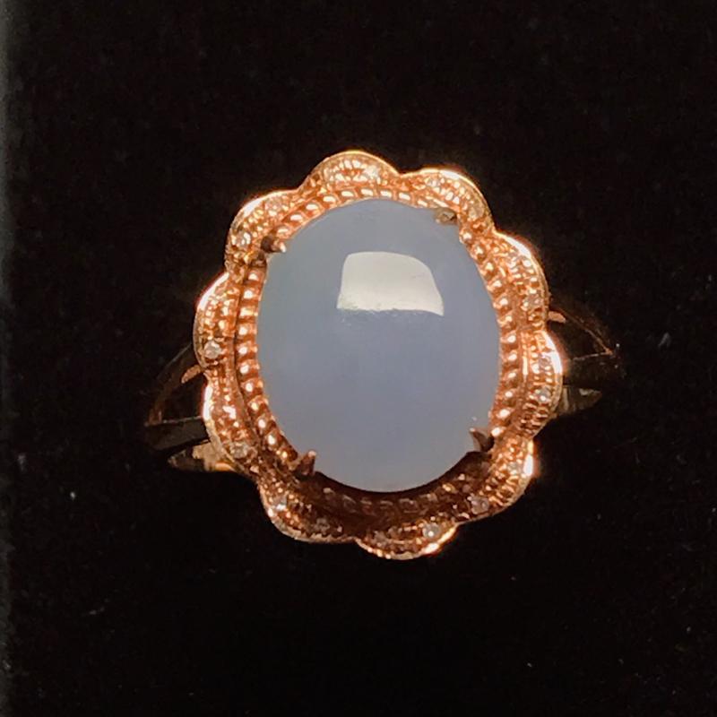 18k伴钻镶嵌,淡紫蛋面戒指,款式精美,圆润饱满,佩戴迷人。