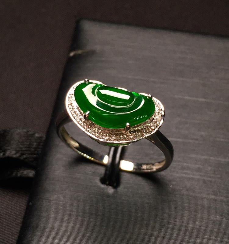 18K金钻镶嵌满绿如意戒指 色泽均匀 款式新颖时尚 精美 上手亮眼 精致 圈口13.5整体尺寸14.3*8.8*5.5裸石11.5*6.1*2