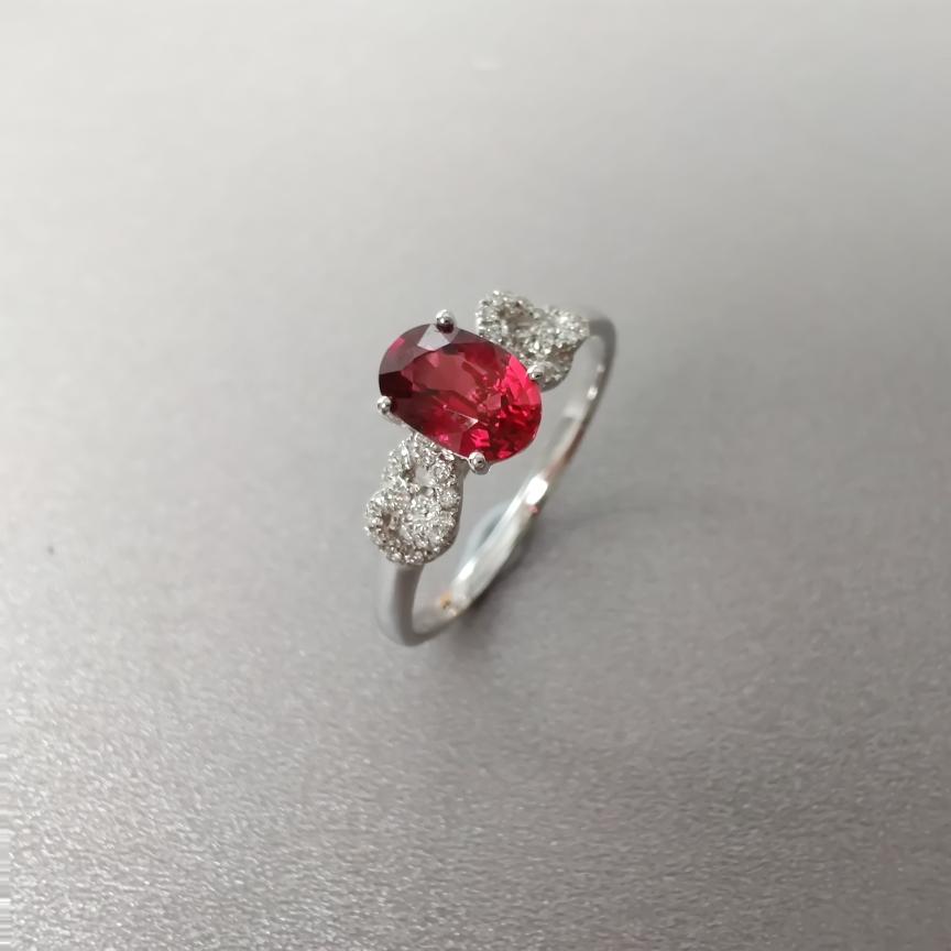 【戒指】18k金+红宝石+钻石  宝石颜色纯正 主石:0.84ct  货重:2.03g  手寸:13