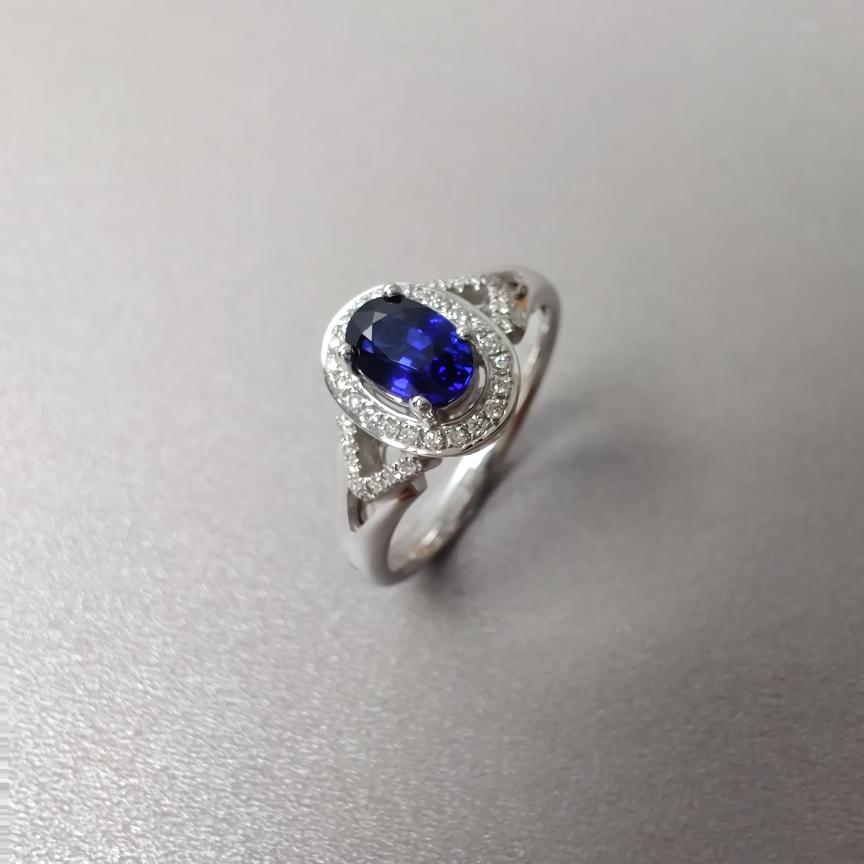 【戒指】18k金+蓝宝石+钻石  宝石颜色纯正 主石:0.78ct  货重:3.4g  手寸:13