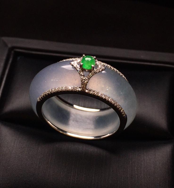 18K金钻搭配满绿小蛋面镶嵌指环 质地细腻 厚身 简单时尚大方 唯美 亮眼 圈口17.5整体尺寸9.