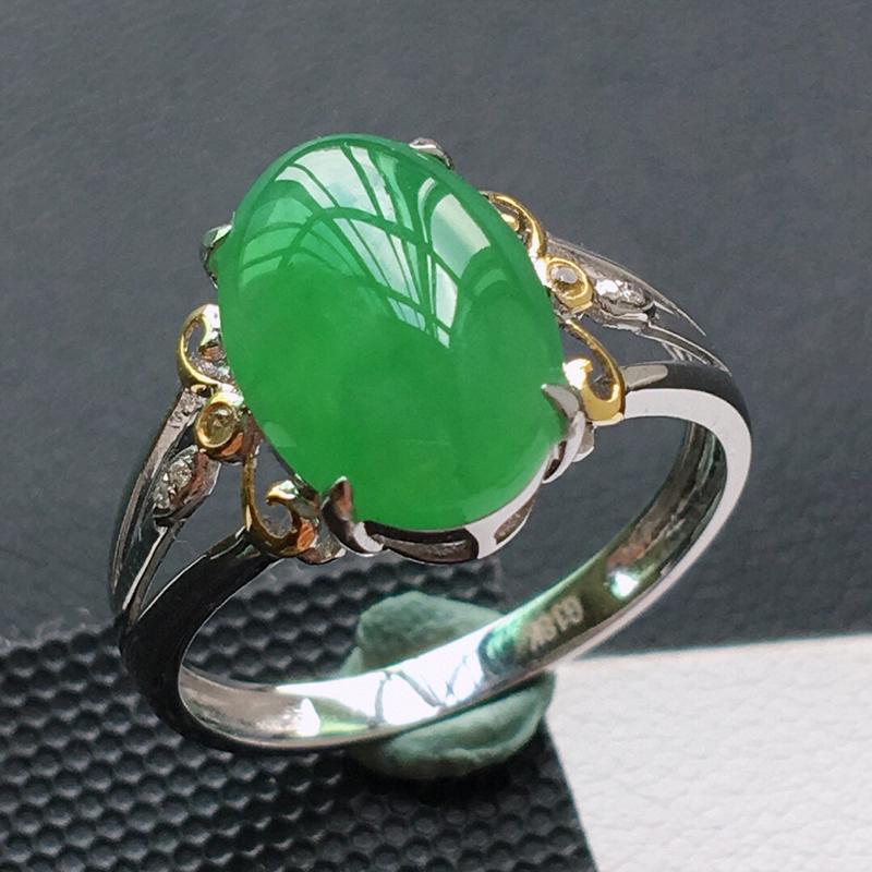 糯化种18K金伴钻满绿色戒指。缅甸天然翡翠A货. 品相好,料子细腻,雕工精美。 内径:18mm。 尺