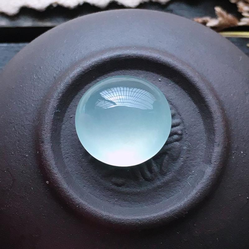 冰种蛋面,自然光实拍,缅甸a货翡翠,种好通透,水润玉质细腻,雕刻精细,饱满品相佳。