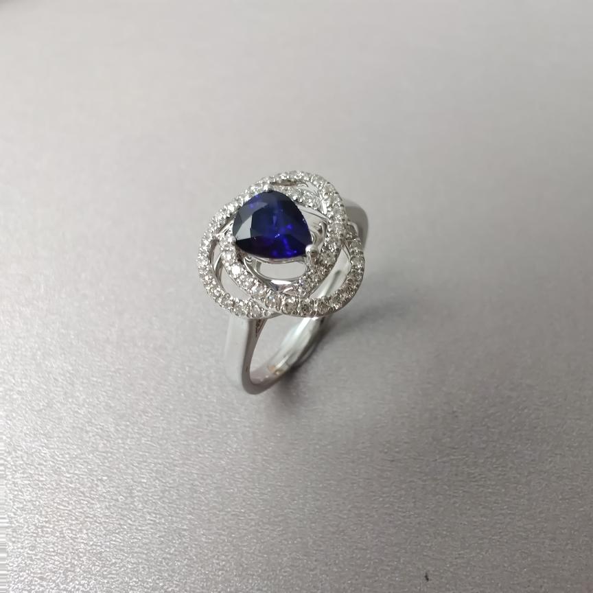 【戒指】18k金+蓝宝石+钻石  宝石颜色纯正 主石:0.80ct  货重:4.34g  手寸:14