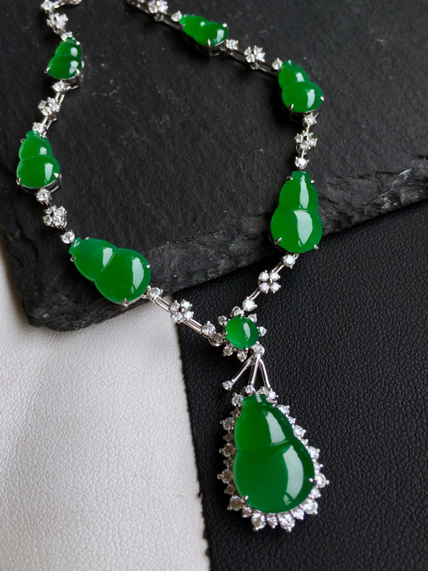 18k金镶钻,满绿葫芦锁骨链,佩戴效果更佳,整体尺寸105.6*14.9*6.7