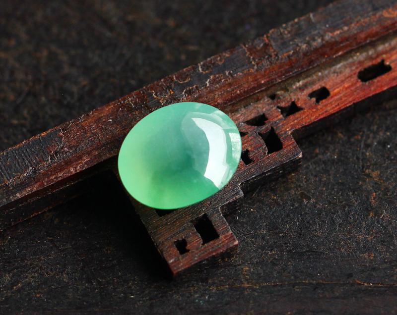 冰种浅绿饱满蛋面,种老,均匀细腻水,饱满厚实,镶嵌起来效果更佳,尺寸:13.4-11.3-7.0