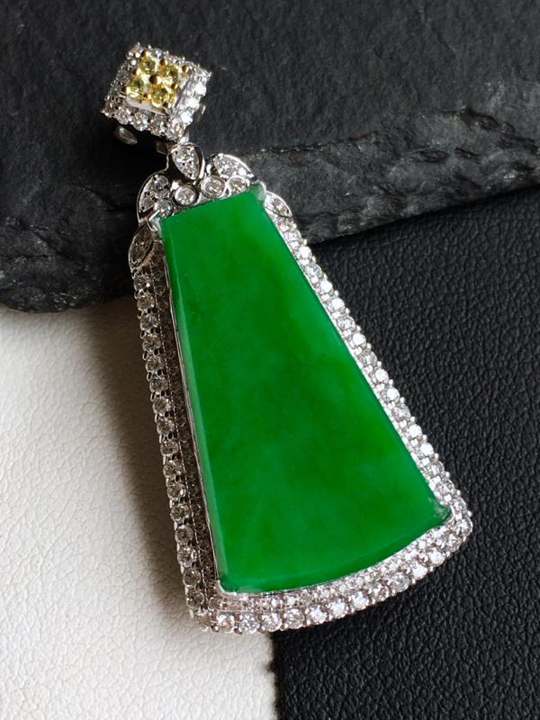 18k金镶钻,满绿素牌吊坠,佩戴效果更佳,整体尺寸18.0*39.0*8.9