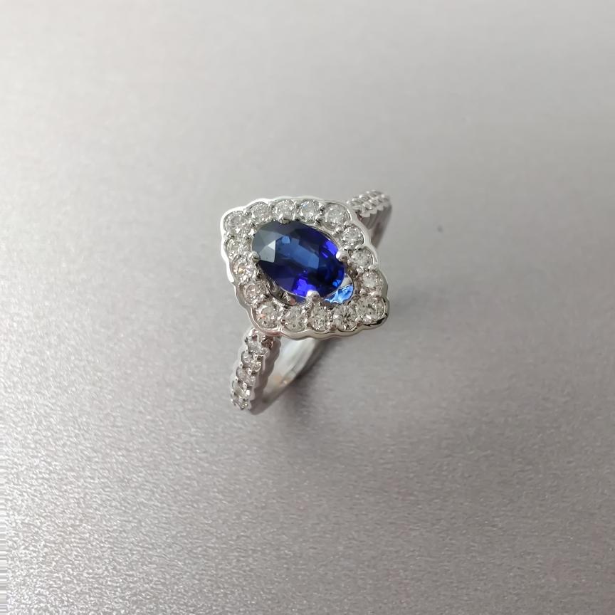 【戒指】18k金+蓝宝石+钻石  宝石颜色纯正 主石:0.58ct  货重:3.70g  手寸:13