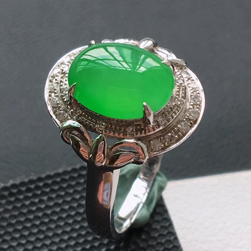 冰糯种18K金伴钻满绿色戒指。缅甸天然翡翠A货. 品相好,料子细腻,雕工精美。 内径:18mm。 尺