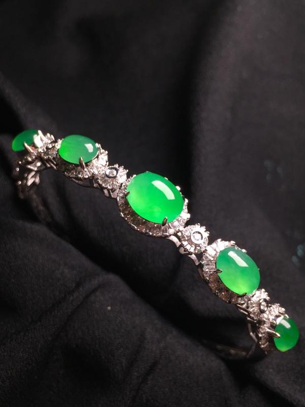 阳绿蛋面手环,18k金钻石镶嵌,种水超好,玉质细腻。