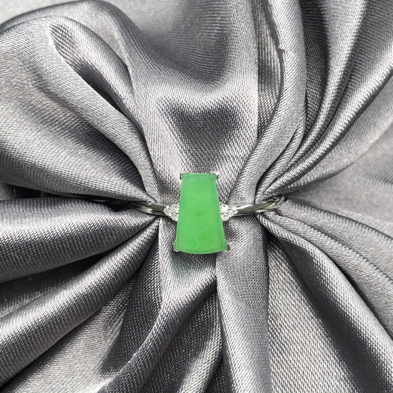 18k金镶嵌冰果绿无事牌戒指,水润透亮,色泽鲜艳,起胶起荧光,精致优雅细腻。整体尺寸:9.1*8.2