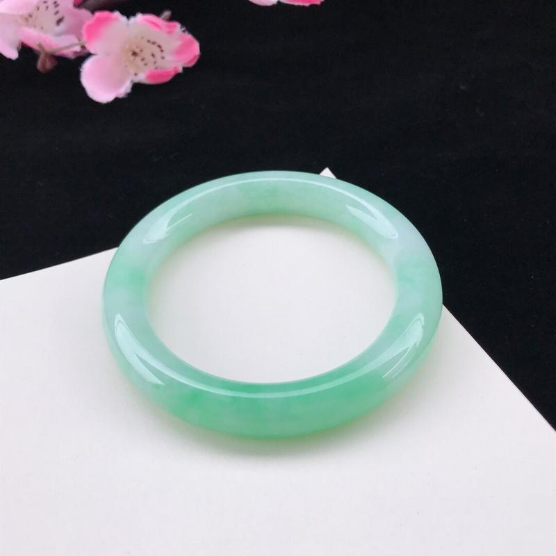 圈口:56.9mm天然翡翠A货糯化种水润浅绿圆条手镯,尺寸56.9-11-10.3mm,底子细腻,