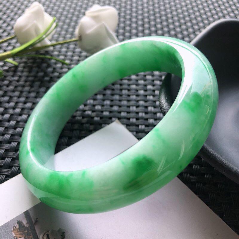 圈口: 57.7mm天然翡翠A货糯种飘绿花正装手镯,尺寸57.7*15.3*8.4玉质细腻,种水好,