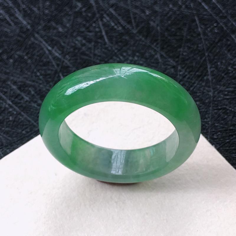 翡翠飘绿圆戒指环,种水好玉质细腻温润。