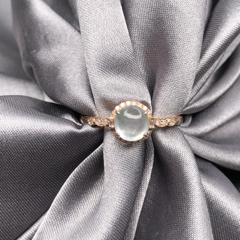 18k玫瑰金镶嵌高冰蛋面戒指,冰透水润,钢性十足,细腻饱满,精致优雅迷人。整体尺寸:7*7.5*6