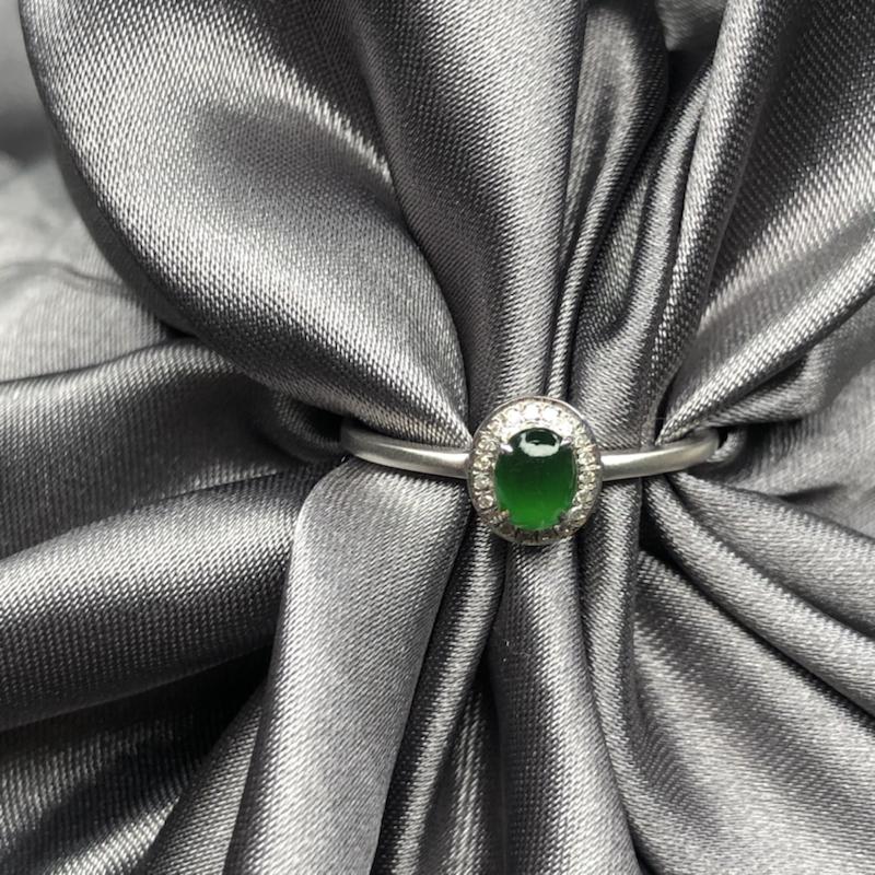 18k金镶嵌冰阳绿蛋面戒指,细腻干净,冰透水润,色泽均匀艳丽,起胶起荧光,精致优雅时尚。整体尺寸:7