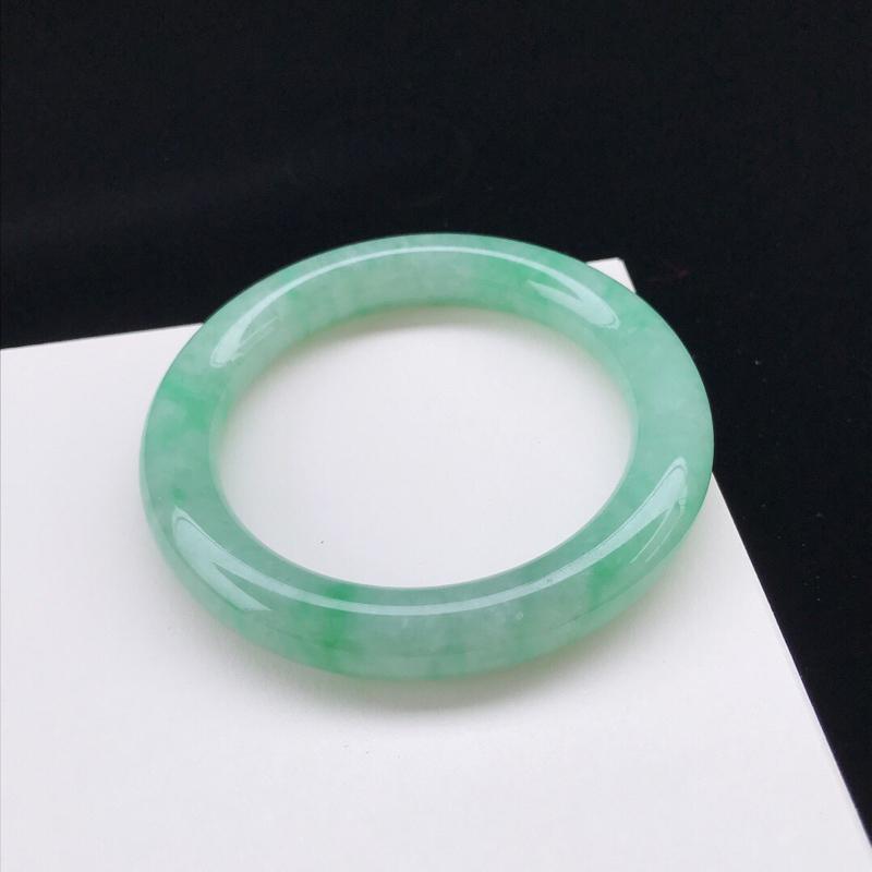 圈口:56.4mm天然翡翠A货糯化种水 润飘绿圆条手镯,尺寸56.4-10.7mm,底子细腻,种水好