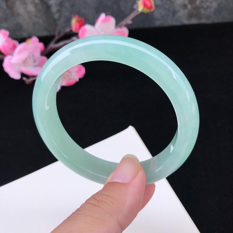 圈口:59.7mm天然翡翠A货糯化种水润浅绿种水正圈手镯,尺寸59.7-13.2-8.2mm,底子细